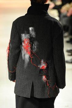 写真43/84|ヨウジヤマモト(Yohji Yamamoto) 2020-21年秋冬 メンズ コレクション - ファッションプレス High Fashion, Fashion Show, Fashion Fashion, Fashion Still Life, Origami Fashion, Fashion Details, Fashion Design, Jumpsuit Pattern, Yohji Yamamoto