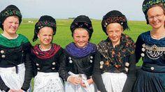 Junge Frauen in alter Tracht aus Wyk:  Laura Rickmann, Lilly Rickmann, Linn Sophie Petersen, Emilia Marienfeld, Uta Marienfeld (v.l.). Foto: Henze