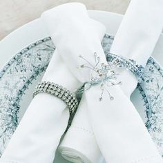 Napkin Rings with Bling Napkin Rings with Bling Create a star-studded place setting by rolling napkins and slipping them through vintage rhinestone bracelets. Or, make your own napkin rings with wired rhinestones twisted into circles. Christmas Table Settings, Christmas Tablescapes, Christmas Decorations, Holiday Decor, Christmas Napkin Folding, Christmas Napkins, Elegant Christmas, White Christmas, Christmas And New Year