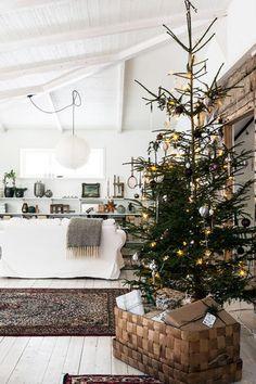 Nice 60 Beautiful Scandinavian Christmas Tree Decor Ideas Https Scandinavian Christmas Decorations, Nordic Christmas, Noel Christmas, Modern Christmas, Rustic Christmas, Simple Christmas, Beautiful Christmas, Christmas Tree Decorations, Holiday Decor