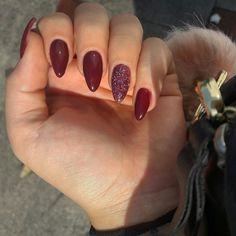 #Nails #autumnnails #burgundynails #glitter #roundnails