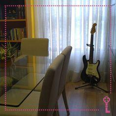 Porque deixar guardado objetos que podem virar elemento decorativo? Olhem como a guitarra deu um ar jovem e descontraído para este ambiente! Projeto: CASAon