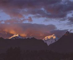 We didn't post a sunset picture for a while so we thought it is about time ;-) In Huaraz we have a huuuge balcony and see these stunning mountains all the time. What a view to wake up/go to bed/do Yoga to :-) . . . . . #sunset #mountainesia #greatoutdoors #mountainscape #mountaintop #choosemountains #mountainview #freelancelife #digitalnomad #nomads #nomadcouple #cloudscape #nomadlife #locationindependent #travellingthroughtheworld #welivetoexplore #travelersnotebook #travelers…