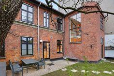 Fantastisk byhus i den gamle del af Valby på Summer House Garden, Old Home Remodel, Big Windows, Danish Design, Interior Inspiration, Outdoor Spaces, Brick, Villa, New Homes