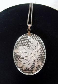 des pendentifs créés à partir de résine d'origine française et de dentelle ou de tissu, mais aussi personnalisables (avec des photos par exemple) des baguesde la même matière ou à partir de …