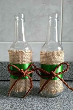 Cheap DIY Jute decoration and ornaments for Christmas Look how lovely these cheap ornaments with jute for Christmas are. Diy Bottle, Wine Bottle Crafts, Mason Jar Crafts, Bottle Art, Wine Bottles, Glass Bottles, Burlap Crafts, Cork Crafts, Diy And Crafts