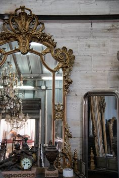 Looking to tour the greatest antiques district in the world? Here is the ultimate way to visit the Paris flea market Marché aux Puces de Saint-Ouen! Modern French Country, French Country House, French Country Decorating, Antique Market, Antique Shops, Vintage Market, Paris Flea Markets, Vintage Photo Frames, Flea Market Style
