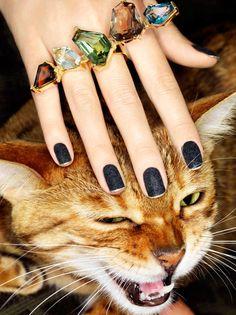 Novidades: atualize seu kit manicure com os novos esmaltes sóbrios ?que vão dos clarinhos nudes aos escuros....