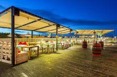 #decoración #arquitectura #terraza #restaurante #exteriores #vintage #palet Rooftop Bar, Fair Grounds, Fun, Travel, Decks, Architects, Restaurants, Houses, Voyage