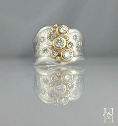 Pearl studs Like diamond studs, pearl studs can be worn with every style of dress, and with all types of fashion jewelry. Diamond Jewelry, Jewelry Rings, Diamond Earrings, Fine Jewelry, Peridot Jewelry, Diamond Studs, Jewelry Art, Jewlery, Jewelry Watches