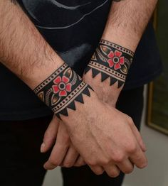 Best Ideas For Traditional Compass Tattoo Old School Cuff Tattoo, Tattoo Bracelet, Arm Band Tattoo, Traditional Compass Tattoo, Traditional Tattoo Old School, Traditional Tattoo Band, Old Tattoos, Body Art Tattoos, Sleeve Tattoos