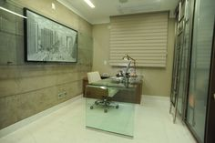 A arquiteta Adriana Di Garcia concebeu este home office com o apartamento ainda na planta. O revestimento das paredes em couro, na cor cimento, e o quadro levam urbanidade ao espaço. A poltrona Herman Miller traz conforto ao usuário e destaca-se sob a escrivaninha de vidro, moderna e elegante