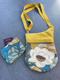 Pochette Be-Bop en velours jaune et lotus cousue par Delphine - Patron Sacôtin