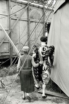 * Le Cirque Fanni Photo Henri Cartier-Bresson, 1953 Le Cirque Fanni était un… Henri Cartier Bresson, Magnum Photos, Candid Photography, Street Photography, Urban Photography, Color Photography, Clowns, Circo Vintage, Circus Performers