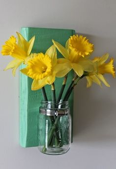 How to make mason jar vases using reclaimed picket fence scrap pieces of wood. Great for outdoor parties and weddings. Holds candles or flowers.