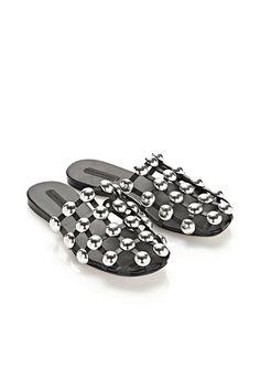 """Pin for Later: Diesen Schuh sieht man gerade überall auf Instagram  Alexander Wang """"Amelia"""" Dome Slide aus schwarzem Leder (675 €)"""