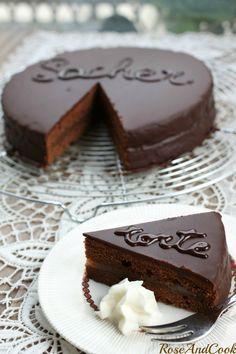 Je l'avais oublié ce dessert que j'adore, mais qui prend beaucoup de temps à préparer .. quand je le vois en photo j'en salive déjà.  Toucher : un glaçage qui colle aux doigts, le moelleux de la génoise  Odorat : une odeur de chocolat hummm  Ouïe : le moelleux de la génoise quand on coupe. Il ne faut pas qu'elle soit trop sèche Vision : un glaçage parfait  Goût :  du chocolat, encore du chocolat, et de la bonne confiture d'abricot avec un peu de vanille (mais ça c'est mon secret chuttt)