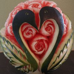 Festival Anguria sculpture of fruit Watermelon Carving Easy, Watermelon Art, Carved Watermelon, Veggie Art, Fruit And Vegetable Carving, Veggie Food, Fruits Decoration, Watermelon Festival, National Watermelon Day