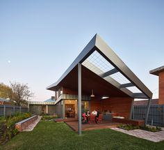 Completed in 2015 in Melbourne, Australia. Images by Peter Bennetts. Yarraville Garden House celebrates the sun and seasons through a family home that opens up to the north and a garden that permeates the house and the...