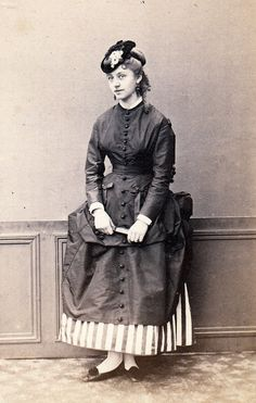 Victorian style costume - who doesn't love a good polonaise Victorian Women, Victorian Era, Victorian Fashion, Vintage Fashion, Victorian Photos, Bags Online Shopping, Discount Shopping, Online Bags, Antique Photos