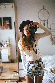Floral, high waisted, cut offs with belt. Total weekend vibe. source: http://nearconformist.tumblr.com/post/5743930625