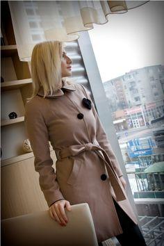 Palton Eva Palton din lana, cu guler rotunjit, marcat cu paspoil. Nasturi imbracati in material textil. Floare decorativa din material textil. Talia accentuata prin cordon. 279RON
