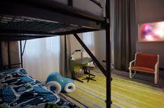 V dětském pokoji najdete vojenské palandy. Squat, Bunk Beds, Loft, Furniture, Home Decor, Squat Bum, Decoration Home, Loft Beds, Room Decor