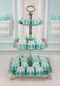 Tiffany Blue is such a gorgeous color. When I think of a tiffany blue wedding I automatically pair it with bling! Tiffany Party, Tiffany E Co, Tiffany Cupcakes, Tiffany Theme, Tiffany Jewelry, Tiffany Wedding Cakes, Tiffany Gifts, Mini Cakes, Cupcake Cakes