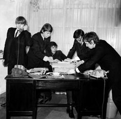 Rock band 'The Yardbirds' pose for a portrait in 1964 in England Keith Relf Chris Dreja Paul SamwellSmith Jim McCarty and Eric Clapton