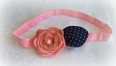 Ελαστική κορδέλα μαλλιών, με λουλούδι από φελτ σε ροζ απόχρωση και μπλε πουά γεμισμένο πέταλο.