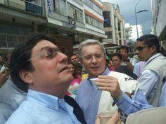 Francisco Tomando tinto con @AlvaroUribeVel