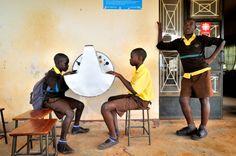 26 jan 2013: Datakiosker sprider viktig kunskap  Vi kom på ett nytt sätt att nå ut med viktig livskunskap till ungdomar i fattiga och isolerade områden på landsbygden i Uganda. Solenergidrivna datakiosker tillverkas lokalt av gamla oljefat av plåt och förses med en inbyggd lågenergi-laptop, hållbart vattensäkert tangentbord och solpanel.
