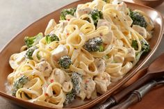 Watch our video to learn how to make Easy Chicken and Broccoli & you'll always have a go-to recipe. Easy Chicken and Broccoli is great for any night. Pasta Alfredo Con Pollo, Pate Alfredo, Chicken Broccoli Alfredo, Alfredo Recipe, Fettuccine Alfredo, Alfredo Sauce, Dinner Entrees, Dinner Recipes, Meal Recipes