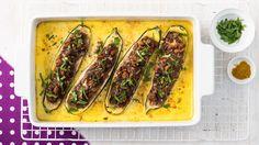 Gefüllte Zucchini | Rezept für gefüllte Zucchini - ganz klassisch mit Hack, aber köstlich gewürzt. Und dazu gibt es eine schnelle Soße, die einfach mit Ofen mitbrutzelt.