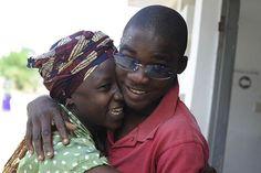 La gioia di Fenina dopo che suo figlio Antonio ha recuperato la vista dopo un'operazione di cataratta