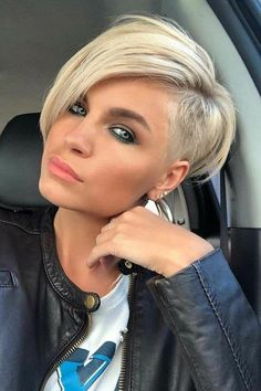 """How to style the Pixie cut? Despite what we think of short cuts , it is possible to play with his hair and to style his Pixie cut as he pleases. For a hairstyle with a """"so chic"""" and pointed… Continue Reading → Oval Face Haircuts, Short Pixie Haircuts, Short Hairstyles For Women, Bob Hairstyles, Short Hair Cuts, Blonde Short Hair Pixie, Sassy Haircuts, Girl Haircuts, Retro Hairstyles"""