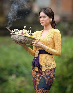Kebaya Bali... #Bali #Kebaya Kebaya Muslim, Kebaya Hijab, Kebaya Brokat, Kebaya Lace, Batik Kebaya, Batik Dress, Kaftan Batik, Kebaya Bali Modern, Kebaya Modern Dress
