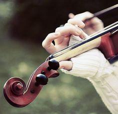 ¡La voz del Señor sobre las aguas! El Dios de la gloria hace oír su trueno: el Señor está sobre las aguas torrenciales. Violin