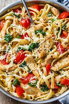 chicken and pasta dinner Chicken Tomato Pasta, Chicken Carbonara Recipe, Chicken Pasta Recipes, Spinach Stuffed Chicken, Chicken Rice, Healthy Dinner Recipes, Cooking Recipes, Delicious Meals, Tomatoes