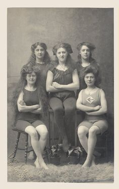 Girls of the National Clarion Swimming Club in year 1907.