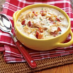 It's always a treat to indulge in a cup of rich, creamy clam chowder before a fish dinner at Red Lobster. But if you're staying in for supper, try our quick and easy version. Don't forget the crackers! Seafood Soup Recipes, Clam Chowder Recipes, Chowder Soup, Clam Sauce, Le Boudin, Fish Dinner, Soup And Sandwich, Sandwich Recipes, Pasta