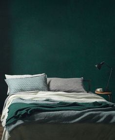 green wall paint, green paint, dark green wall, green interior trend, moody green interior - Pctr UP Green Painted Walls, Dark Green Walls, Dark Walls, Grey Walls, Green And Gray, Dark Bedroom Walls, Green Box, Accent Walls, Jade Green