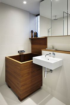 Bathoom ideas From small to big decor help to create a fantastic and modern small bathroom ideas with tub Tip number generated on 20181205 Bathroom Design Layout, Bathroom Design Small, Tub Shower Combo, Shower Tub, Japanese Soaking Tubs, Japanese Bathtub, Japanese Style Bathroom, Asian Bathroom, Bathroom Ideas