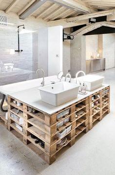 Conseils & astuces : Comment moderniser sa salle de bain ? | DecoCrush / Avec des palettes, c'est très chouette (