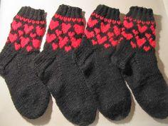 Tässä sukat tuplaantuneina. Värit ovat surkeat. Tässä valaistuksessa musta- kirkas punainen- yhdistelmä valoittuu onnettomasti, enkä j...