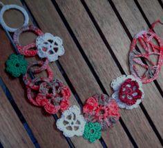collar hecho a mano con anillas y flores de ganchillo  http://rosa-cositasdeganchilloyotras.blogspot.com.es/