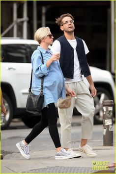 Scarlett Johansson Indulges in Ice Cream Pregnancy Craving with Fiance Romain Dauriac: Photo Scarlett Johansson covers up her growing baby bump with a denim shirt while out getting some ice cream on Sunday (August in New York City. Scarlett And Jo, Black Widow Scarlett, Black Widow Natasha, The Nanny Diaries, Barbara Walters, Paparazzi Photos, Fall Winter Outfits, Scarlett Johansson, Celebrity Crush
