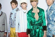 En backstage du défilé Gucci homme printemps-été 2016 à Milan, mannequins, peignoir vert