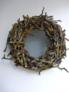 Bodenseewellen: Kranz aus Zweigen DIY Bodenseewellen: wreath of twigs DIY Diy Spring Wreath, Diy Wreath, Holiday Wreaths, Door Wreaths, Burlap Wreath, Christmas Decorations, Holiday Decor, Beach Wood, Deco Floral