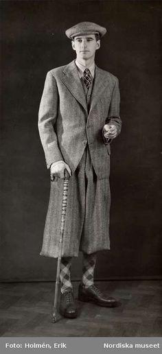 """Nordiska Kompaniet. """"Kläder för sport"""". Man iklädd tredelad kostym med korta…"""